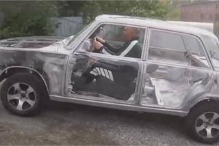 Xe Lada trong suốt, nhìn thấu dòng dầu nhớt tuần hoàn trong động cơ
