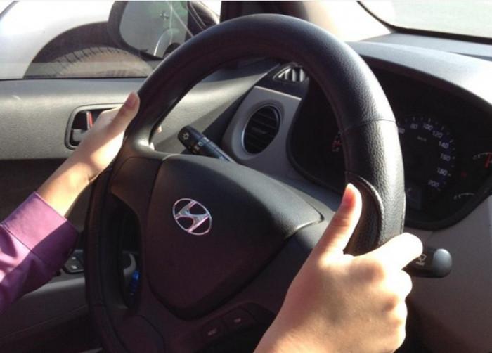 Vô lăng ô tô nặng trịch khó điều khiển, vì sao? 1
