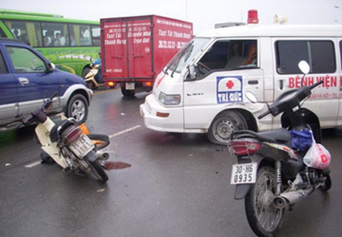 Xe cứu thương chạy ngược chiều gây tai nạn, ai phải bồi thường? 1