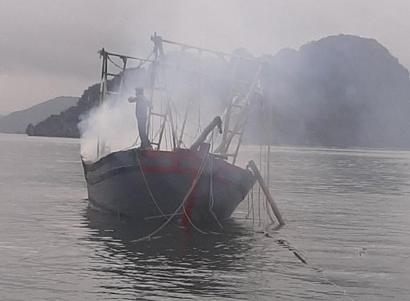 Nổ bình ga trên tàu đánh bắt hải sản làm tàu cháy, 3 người bị bỏng nặng 1