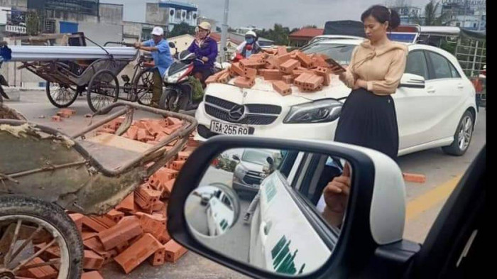 Hành động đẹp của nữ tài xế Mercedes sau va chạm với xe ba gác chở gạch 2