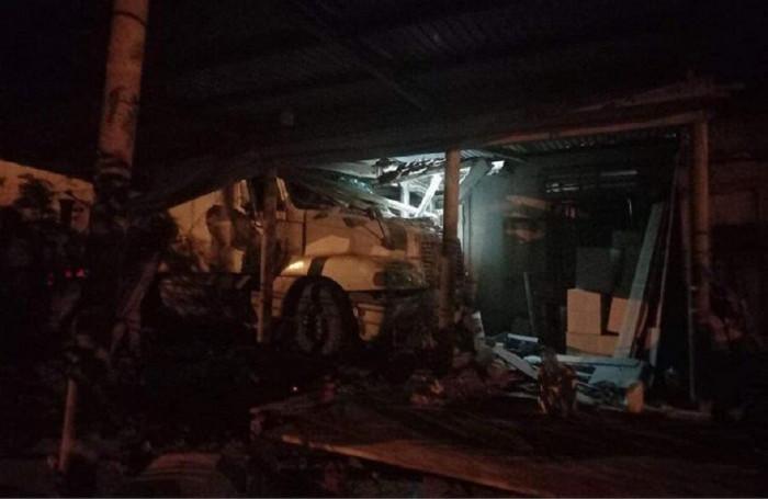 Trong đêm, xe đầu kéo bất ngờ đâm sập nhà dân bên QL9, Quảng Trị 1