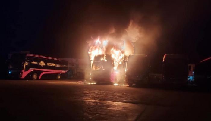 Bốn xe khách bất ngờ bốc cháy ngùn ngụt trong Bến xe Liên tỉnh Đắk Lắk 2