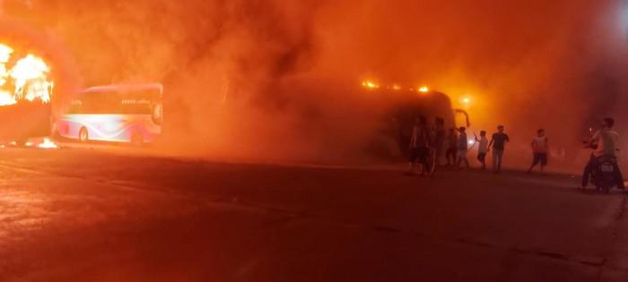 Bốn xe khách bất ngờ bốc cháy ngùn ngụt trong Bến xe Liên tỉnh Đắk Lắk 1