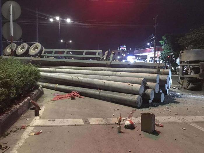 TNGT ở Bình Dương: Xe chở cột điện lật nhào, đè chết thanh niên vượt đèn đỏ 1