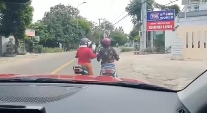 """Phản cảm hai phụ nữ dừng xe giữa đường """"tám"""" chuyện 1"""