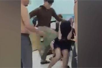 Hai thiếu niên bị đấm, đạp thẳng mặt trong phòng giám thị đông người