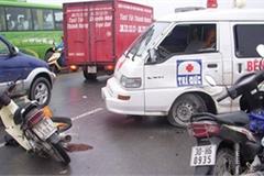 Xe cứu thương chạy ngược chiều gây tai nạn, ai phải bồi thường?