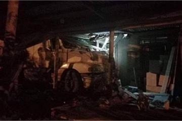 Quảng Trị: Xe đầu kéo đâm sập nhà dân trong đêm