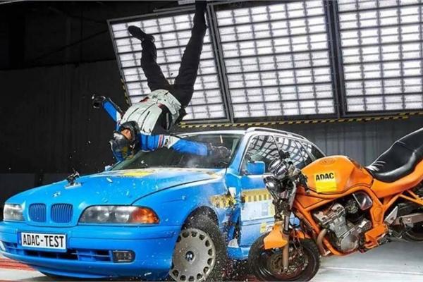 Quy định túi khí cho xe máy của Tây Ban Nha bị phản đối quyết liệt