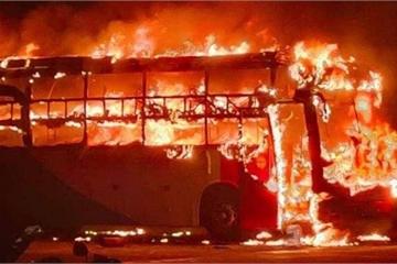 Bốn xe khách bất ngờ bốc cháy ngùn ngụt trong Bến xe Liên tỉnh Đắk Lắk