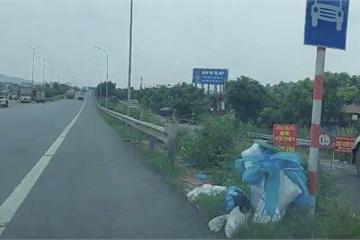 Rùng mình đồ bảo hộ, khẩu trang đã dùng tràn lan cao tốc Hà Nội-Bắc Giang
