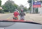 """Phản cảm hai phụ nữ dừng xe chềnh ềnh giữa đường """"tám"""" chuyện"""
