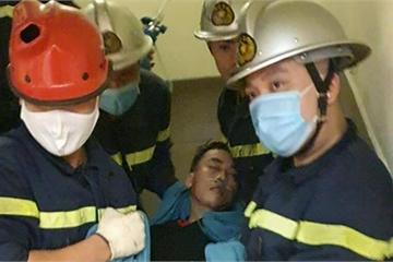 Hà Nội: Cảnh sát giải cứu nam thanh niên bị kẹt đầu vào thang máy