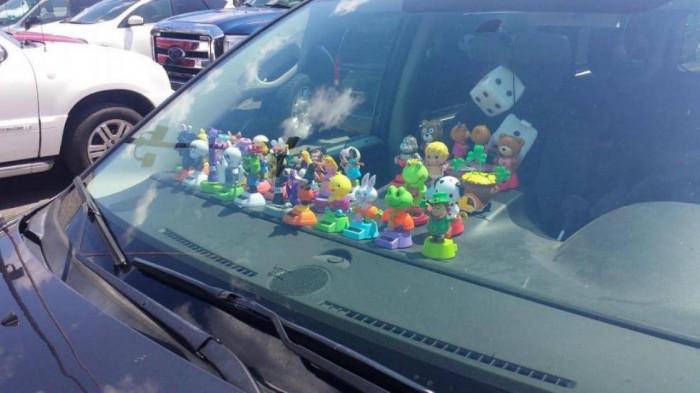 Vật trang trí trên táp lô ô tô có thể là