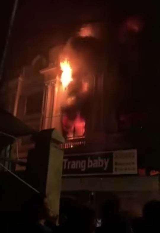 Kho chứa vải ở Ninh Hiệp bốc cháy giữa đêm, căn nhà 5 tầng ngập lửa 2