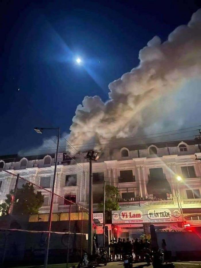 Kho chứa vải ở Ninh Hiệp bốc cháy giữa đêm, căn nhà 5 tầng ngập lửa 4