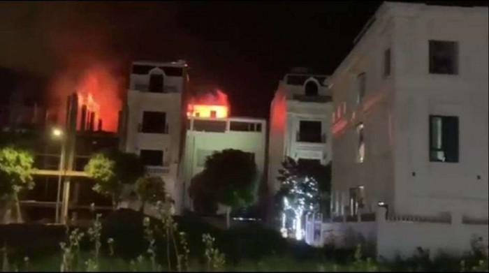 Kho chứa vải ở Ninh Hiệp bốc cháy giữa đêm, căn nhà 5 tầng ngập lửa 3