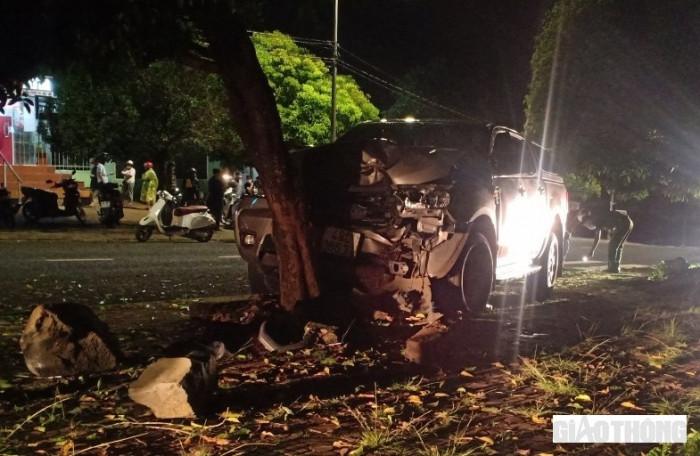 Một tài xế bị xe bán tải tông nguy kịch khi đang dừng nghỉ dưới gốc cây 1