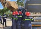Dùng máy xúc phá cabin đưa thi thể tài xế mắc kẹt ra ngoài sau tai nạn