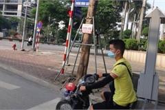 Chùm ảnh: Nhan nhản đầu trần lái xe máy ra đường ngày giãn cách