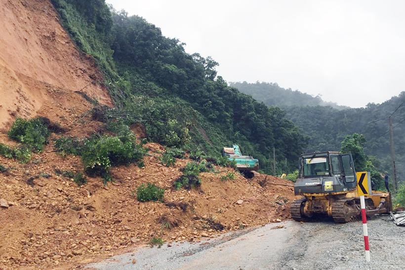 Hà Tĩnh: Sạt lở nghiêm trọng, quốc lộ 8A ách tắc
