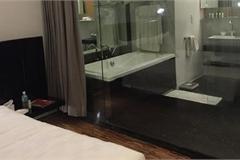 Học khách sạn để kính nhà vệ sinh trong suốt, kết quả sẽ khiến bạn bất ngờ