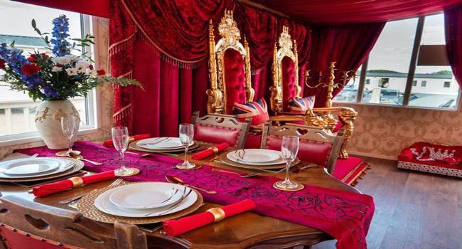 Khám phá nhà nghỉ phong cách hoàng gia, lóa mắt với ngai vàng bọc nhung đỏ, toilet dát vàng - 4