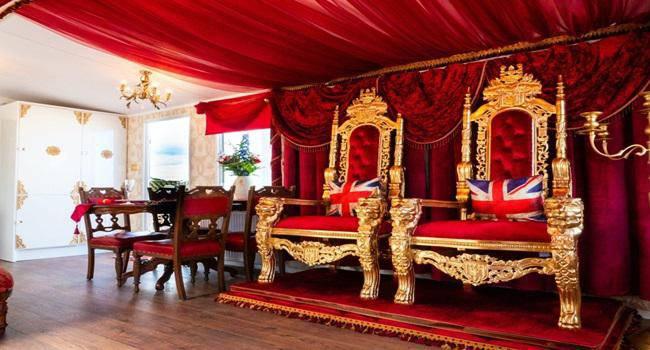 Khám phá nhà nghỉ phong cách hoàng gia, lóa mắt với ngai vàng bọc nhung đỏ, toilet dát vàng - 3