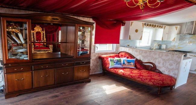 Khám phá nhà nghỉ phong cách hoàng gia, lóa mắt với ngai vàng bọc nhung đỏ, toilet dát vàng - 5