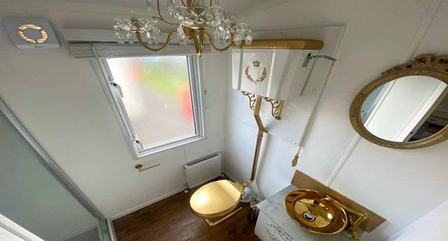 Khám phá nhà nghỉ phong cách hoàng gia, lóa mắt với ngai vàng bọc nhung đỏ, toilet dát vàng - 8