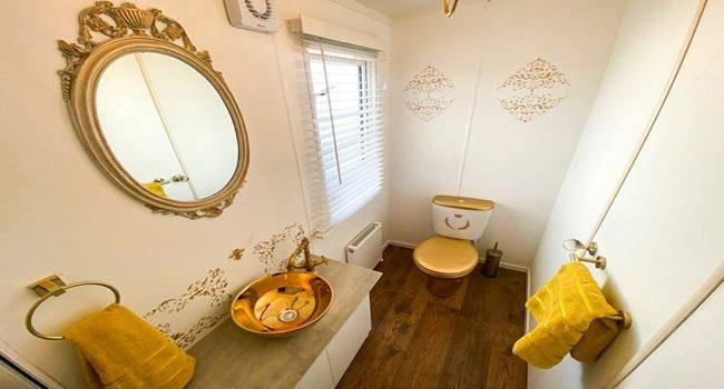 Khám phá nhà nghỉ phong cách hoàng gia, lóa mắt với ngai vàng bọc nhung đỏ, toilet dát vàng - 10