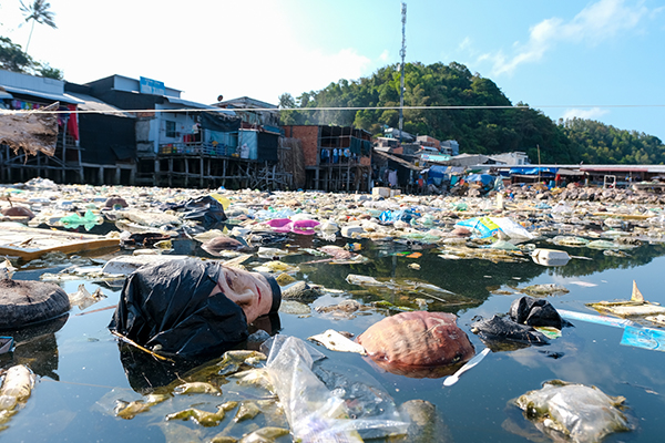 Homes surrounded by garbage in Kien Giang