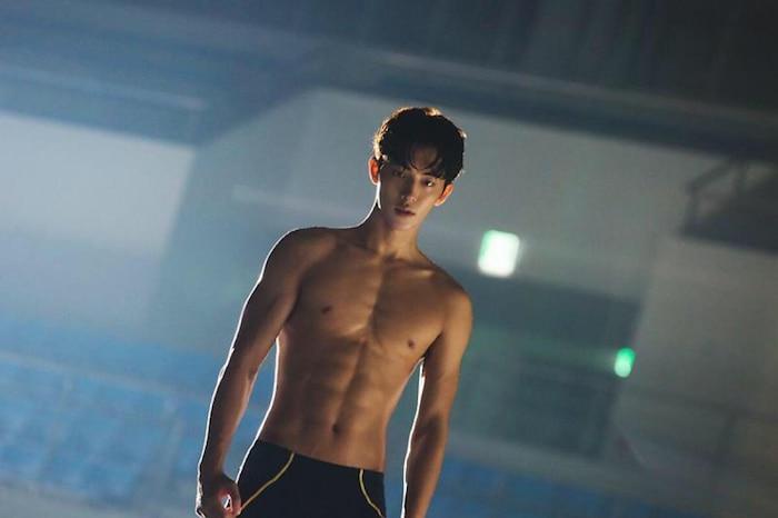 10 màn 'khoe múi' khiến chị em đổ gục của các nam diễn viên Hàn Quốc 16