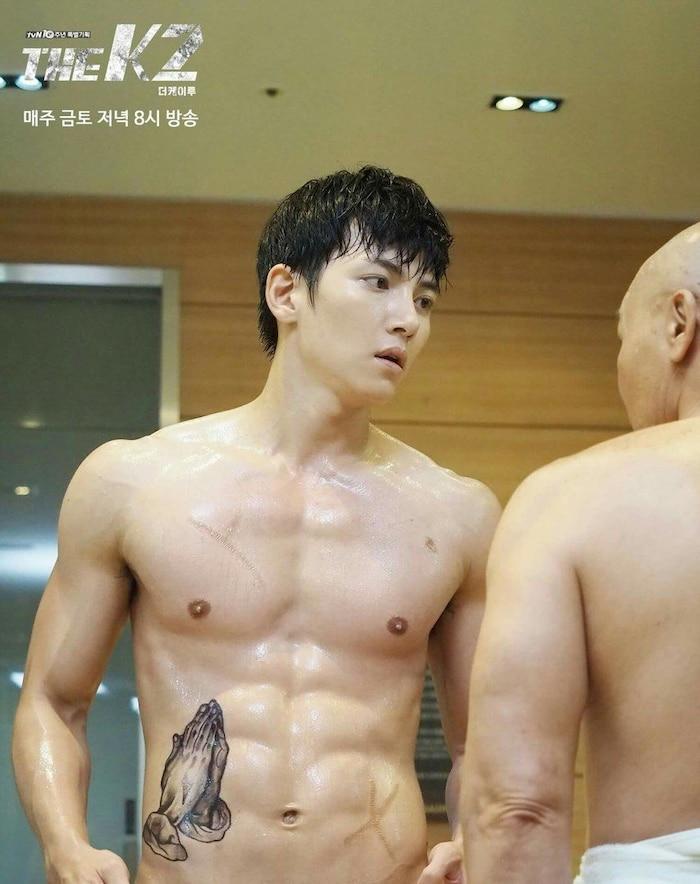 10 màn 'khoe múi' khiến chị em đổ gục của các nam diễn viên Hàn Quốc 13