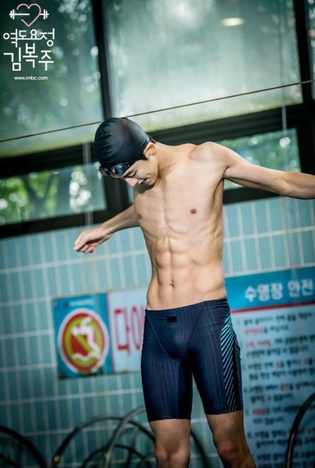 10 màn 'khoe múi' khiến chị em đổ gục của các nam diễn viên Hàn Quốc 17