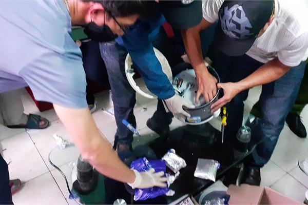 Nghe VietNamNet: Giấu 4,5kg nghi ketamine và hơn 3.000 viên ma túy trong nồi cơm điện