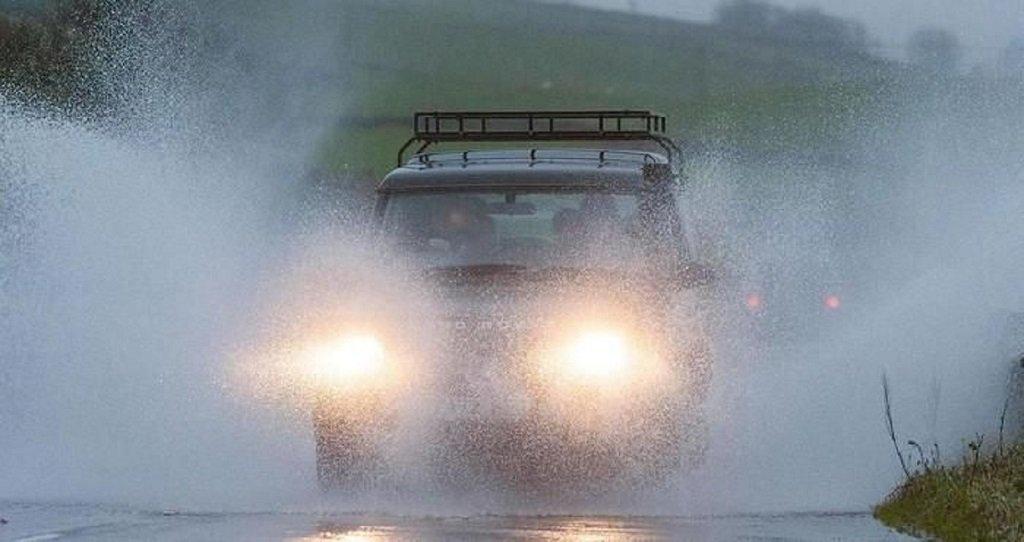 Lái ôtô dưới trời mưa