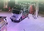 Container mất lái tông xe tải, đâm xuyên trạm xăng