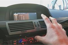 Tại sao điều hòa trên ô tô thổi ra khí nóng?