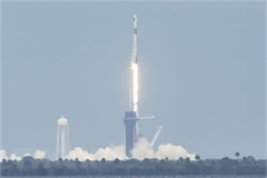 """Tàu vũ trụ Crew Dragon của tập đoàn SpaceX """"cập bến"""" ISS"""
