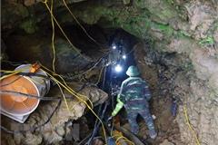 Đưa thi thể mắc kẹt trong hang đá tại Lào Cai sau 9 ngày ròng rã
