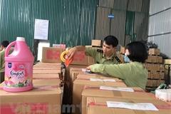 Phát hiện cơ sở sản xuất nước giặt nghi giả nhãn hiệu D-nee, Comfort