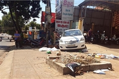 Nữ tài xế đỗ ô tô trên đường dốc, tuột xuống tông chết người qua đường