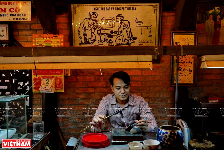 The traditional goldsmithing is preserved and developed thanks to many inherited skilled workers, including such people like Mr. Le Luong, a senior goldsmith (Photo: VNA)