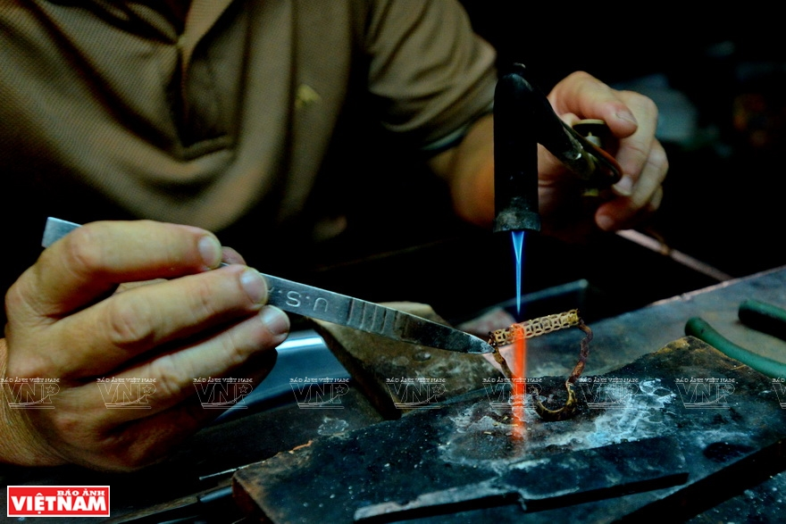 The ability to control the temperature of the blowtorch is essential to the goldsmiths (Photo: VNA)
