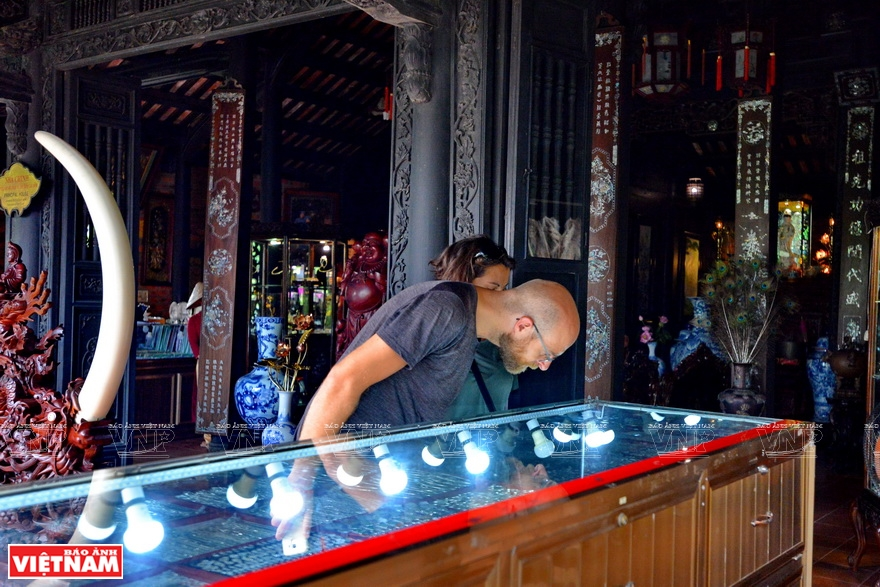 Foreign tourists visit to learn about Hue craft and jewelry (Photo: VNA)