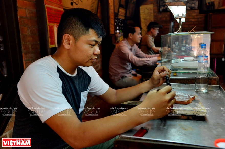 There are many young goldsmiths and they are considered very skillful in their trade (Photo: VNA)