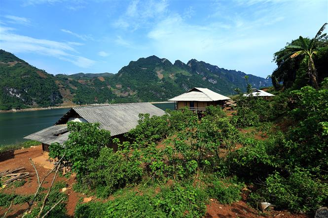 Small houses of Dao people at Da river (Photo: VNA)
