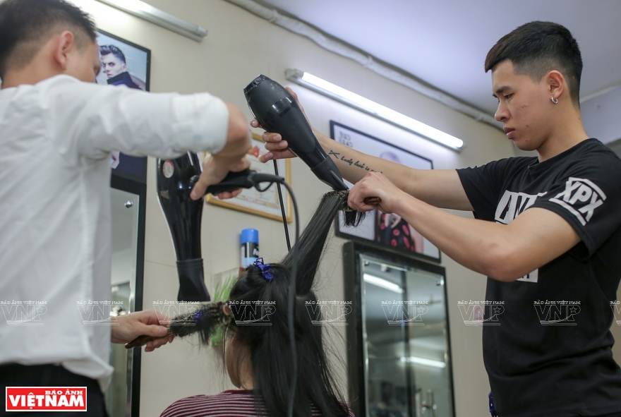 Deaf team: Thanh Nguyen Hair Salon is the home, where they share their joys and sorrows. (Photo: VNA)